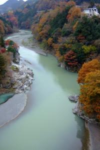 多摩川日向和田付近神代橋上から上流方向 FinePixF10 8mm F2.8 1/220sec ISO80 -0.3EV