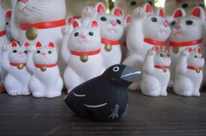カラスin招き猫奉納所 GR DIGITAL F2.4 1/32sec ISO114